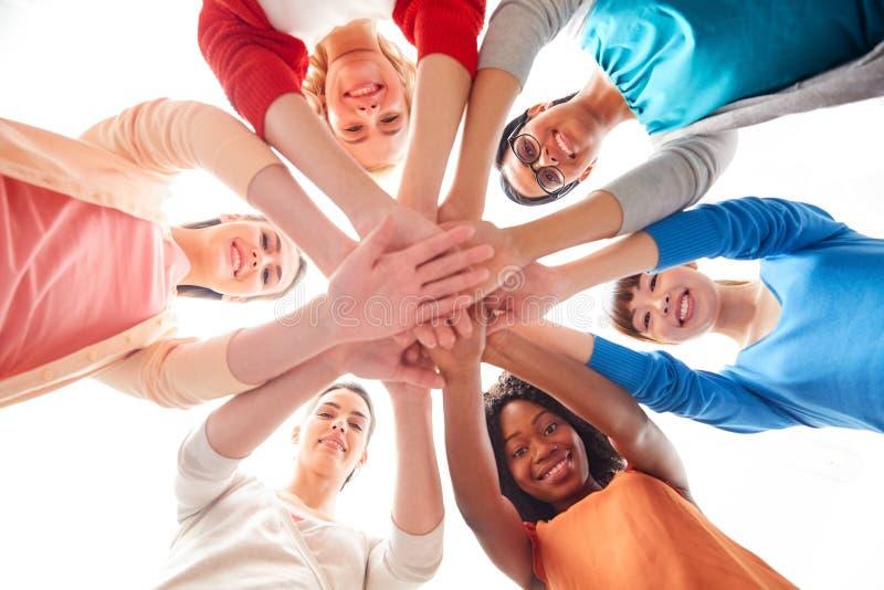 Grupo internacional de mulheres com mãos junto foto de stock