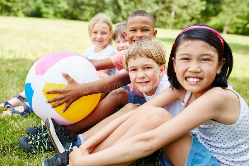 Grupo interracial de niños como amigos imagen de archivo