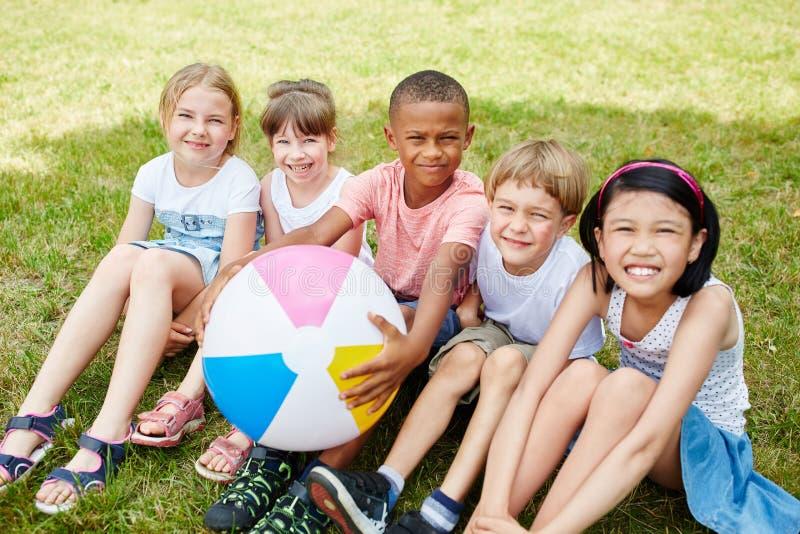 Grupo interracial de niños en verano imagen de archivo libre de regalías