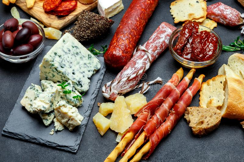 Grupo italiano do petisco do aperitivo da carne Salame, prosciutto, pão, azeitonas, alcaparras fotografia de stock