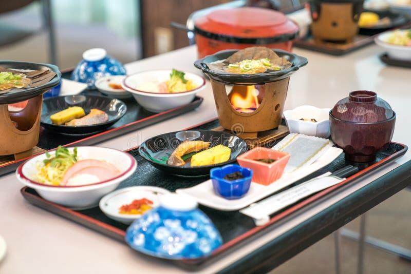 Grupo japon?s do alimento da manh?; os salm?es, carvalho/oba, mini esfor?aram-se, arroz, esponja do tamago, sopa de miso, salada  fotografia de stock royalty free