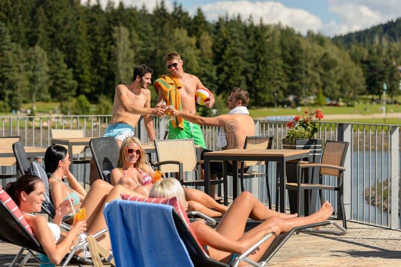 Gente joven que tiene día de fiesta del verano de la diversión fotos de archivo libres de regalías