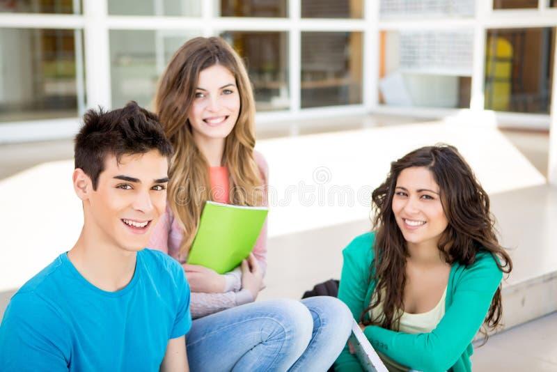 Grupo joven de estudiantes en campus fotos de archivo libres de regalías