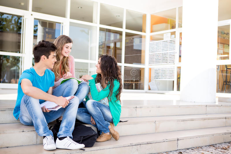 Grupo joven de estudiantes en campus imágenes de archivo libres de regalías