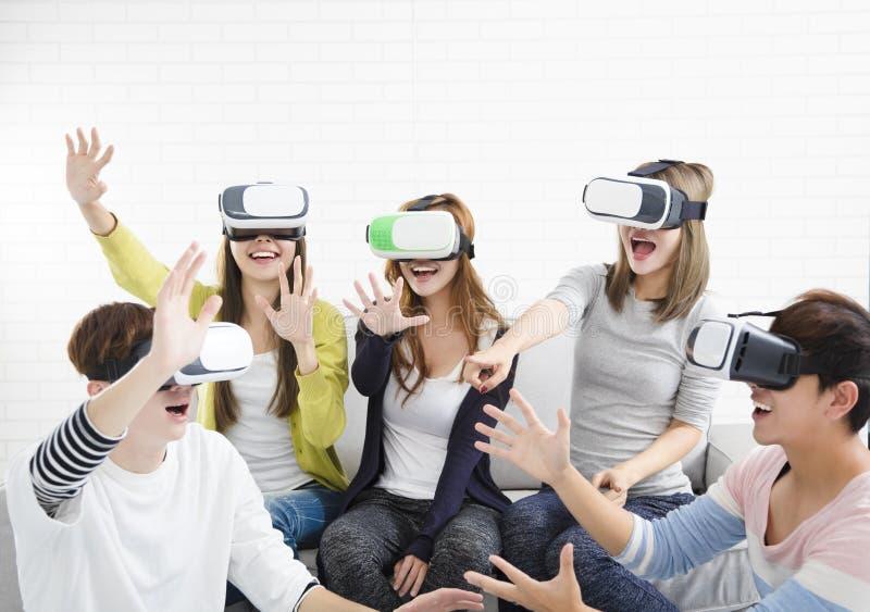 Grupo joven que se divierte con el vr de la nueva tecnología fotos de archivo