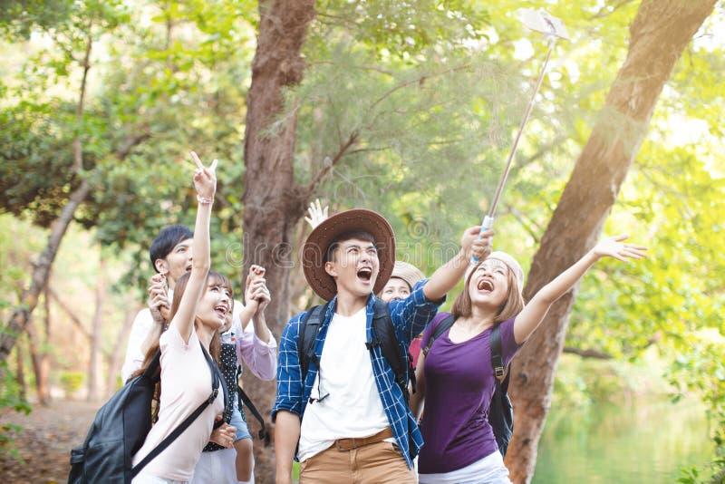 grupo joven que toma Selfie por el tel?fono elegante imagenes de archivo