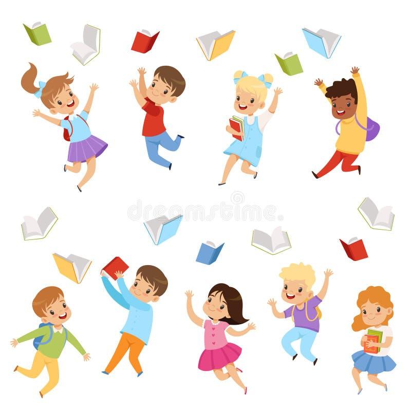 Grupo liso do vetor de crianças bonitos que jogam livros acima no ar Crianças com caras felizes Alunos da escola primária ilustração stock