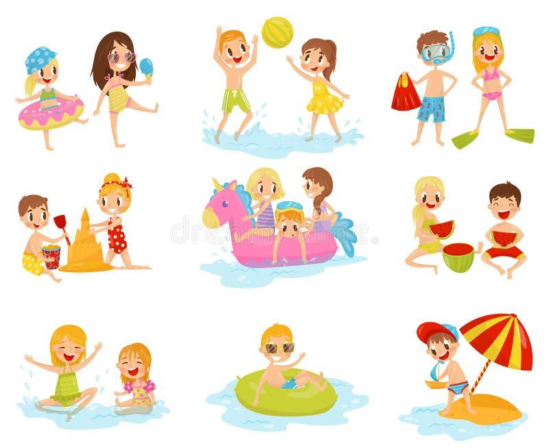 Grupo liso do vetor de crianças pequenas em ações diferentes Jogando com bola inflável, castelo de construção da areia ilustração stock