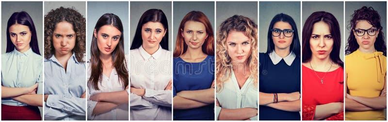 Grupo mal-humorado irritado de mulheres pessimistas com atitude má fotografia de stock