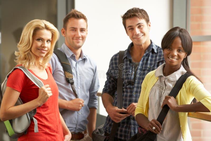 Grupo mezclado de estudiantes en universidad fotos de archivo