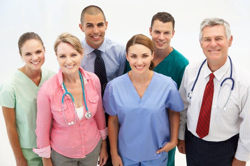 Grupo mezclado de profesionales médicos imágenes de archivo libres de regalías