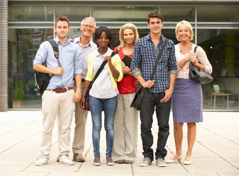 Grupo misturado de estudantes fora da faculdade fotografia de stock