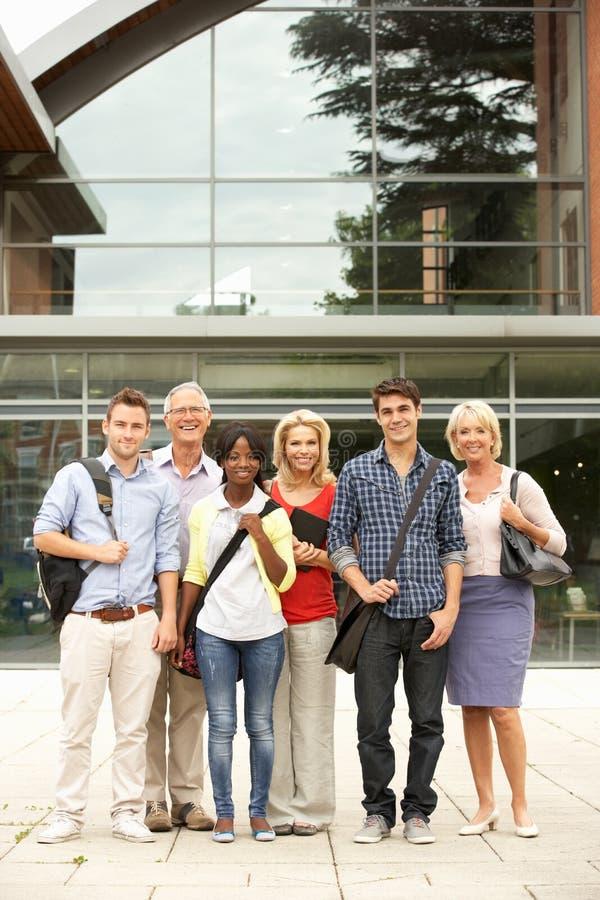 Grupo misturado de estudantes fora da faculdade foto de stock