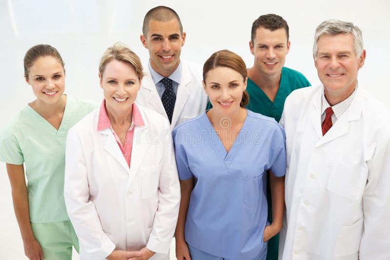 Grupo misturado de profissionais médicos foto de stock
