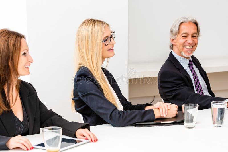Grupo misturado na reunião de negócios imagem de stock