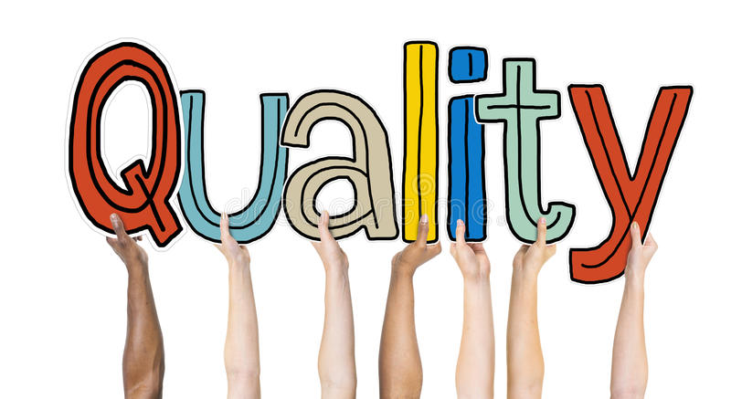 Grupo multiétnico de manos que llevan a cabo calidad de la palabra libre illustration
