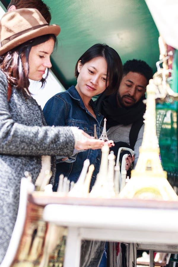 grupo Multi-étnico de amigos que têm o divertimento em Paris, Notre Dame foto de stock