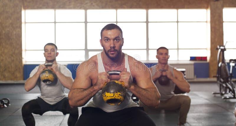 grupo Multi-étnico de atletas de sexo masculino que entrenan en el gimnasio de Crossfit fotos de archivo libres de regalías