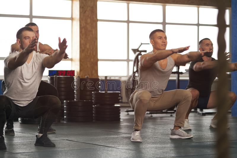 grupo Multi-étnico de atletas de sexo masculino que entrenan en gimnasio foto de archivo libre de regalías