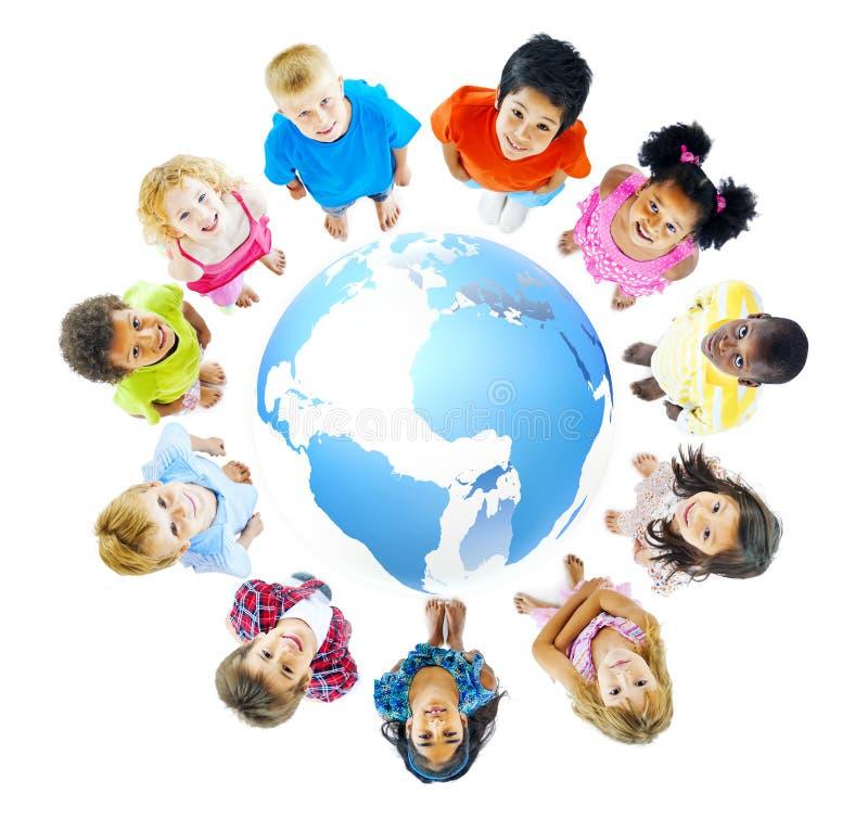Grupo multi-étnico de crianças com conceito global da educação fotografia de stock