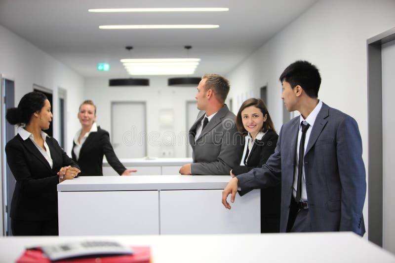 Grupo multi-étnico de empresários novos fotos de stock
