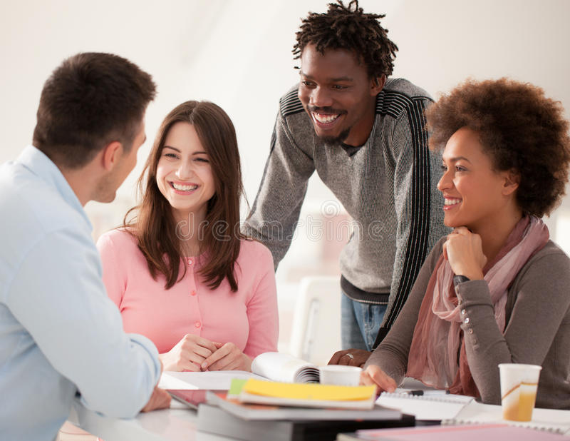 Grupo multi-étnico de estudantes universitário que estudam junto fotografia de stock royalty free