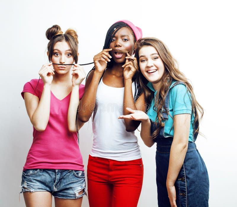 Grupo multi diverso de las muchachas de la nación, compañía adolescente de los amigos alegre divirtiéndose, sonrisa feliz, presen imagen de archivo libre de regalías