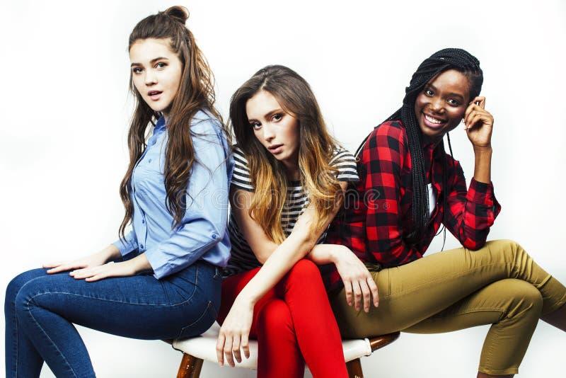 Grupo multi diverso de las muchachas de la naci?n, compa??a adolescente de los amigos alegre divirti?ndose, sonrisa feliz, presen imagen de archivo