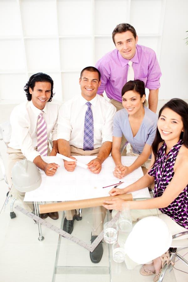Grupo Multi-ethnic de arquitetos em uma reunião imagens de stock