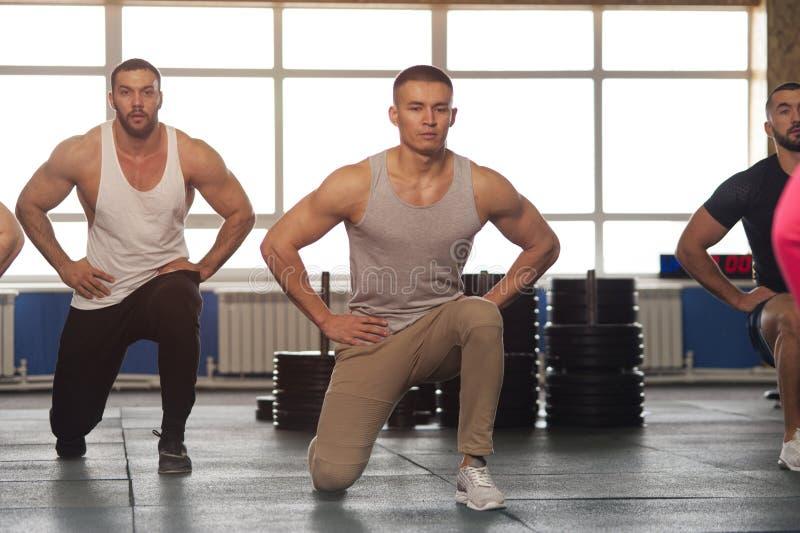 grupo Multi-?tnico de atletas de sexo masculino que entrenan en gimnasio foto de archivo