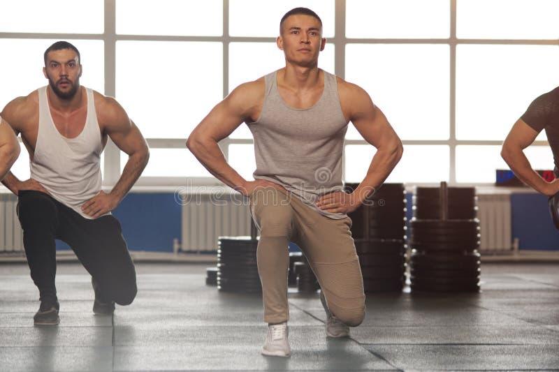 grupo Multi-?tnico de atletas de sexo masculino que entrenan en gimnasio imagen de archivo libre de regalías