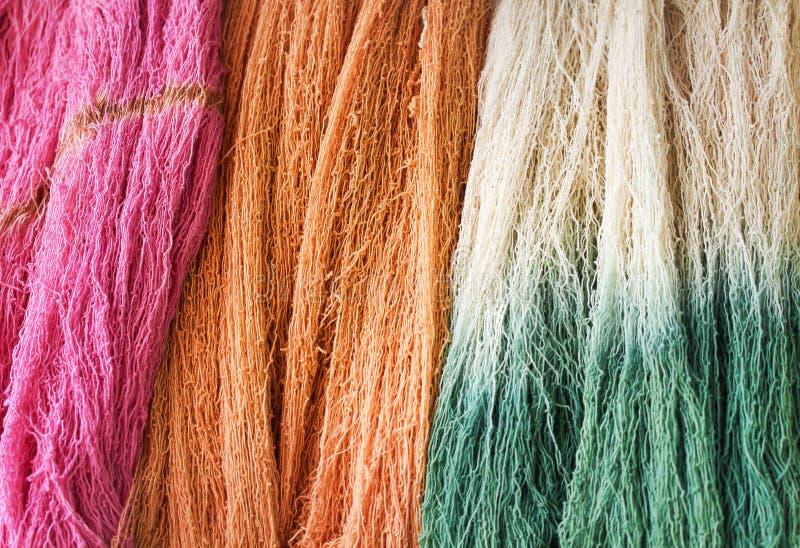 Grupo multicolor colorido de la textura del hilo del algodón crudo para el fondo foto de archivo