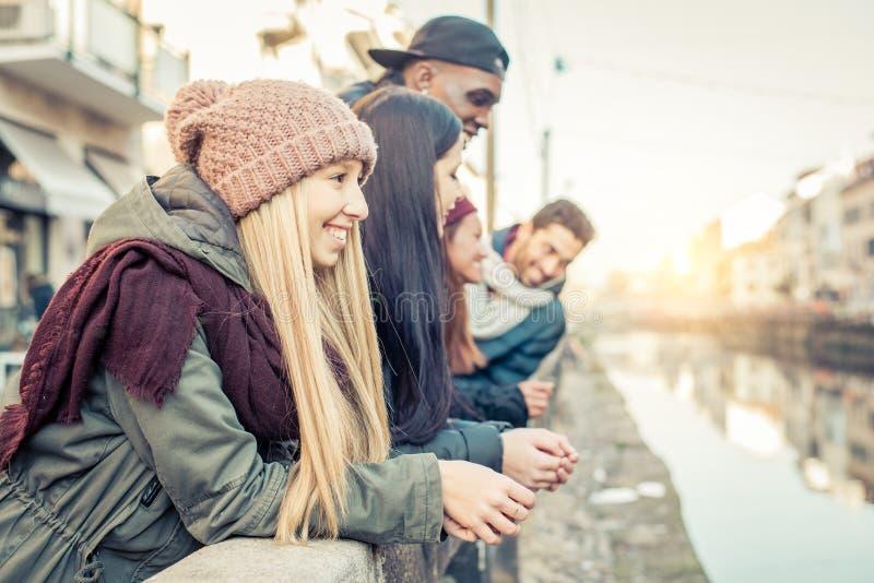 Grupo multicultural de amigos imagen de archivo