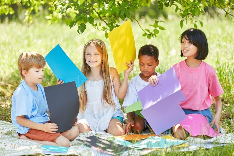 Grupo multicultural de niños como grupo del arte foto de archivo