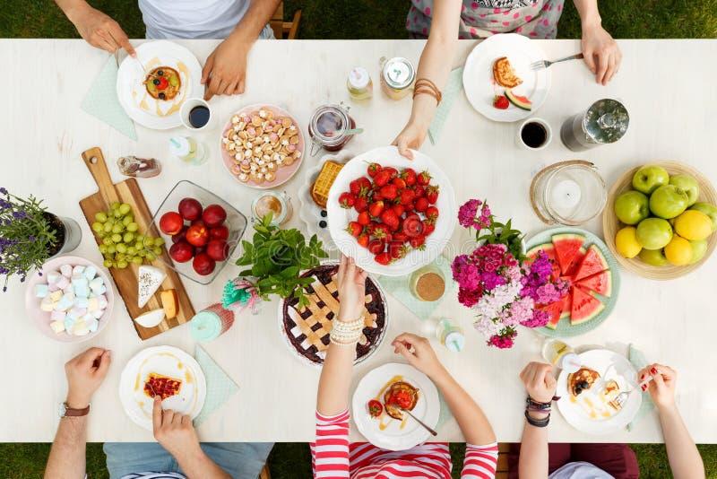 Grupo multicultural que tiene una comida foto de archivo