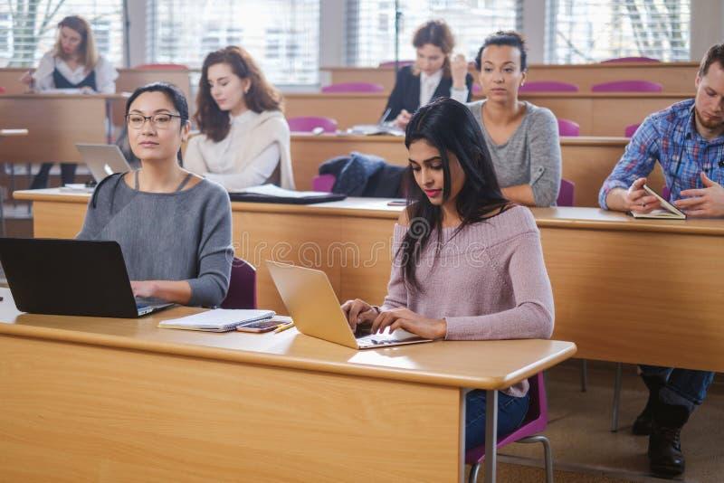 Grupo multinacional de estudiantes en un auditorio imagen de archivo libre de regalías