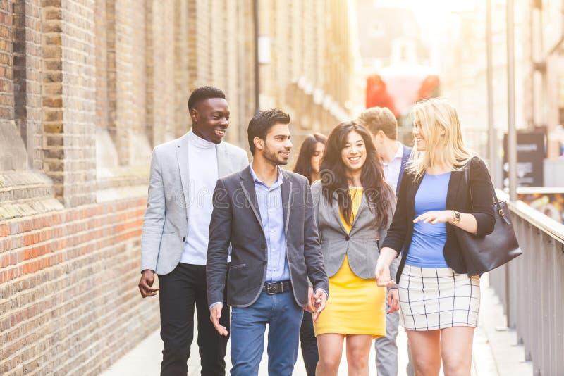 Grupo multirracial do negócio que anda em Londres foto de stock royalty free