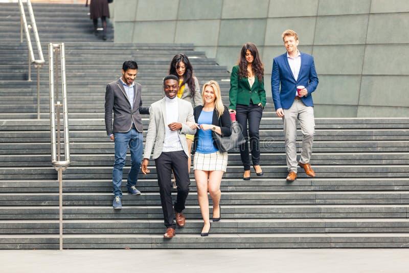 Grupo multirracial do negócio que anda em Londres fotos de stock royalty free