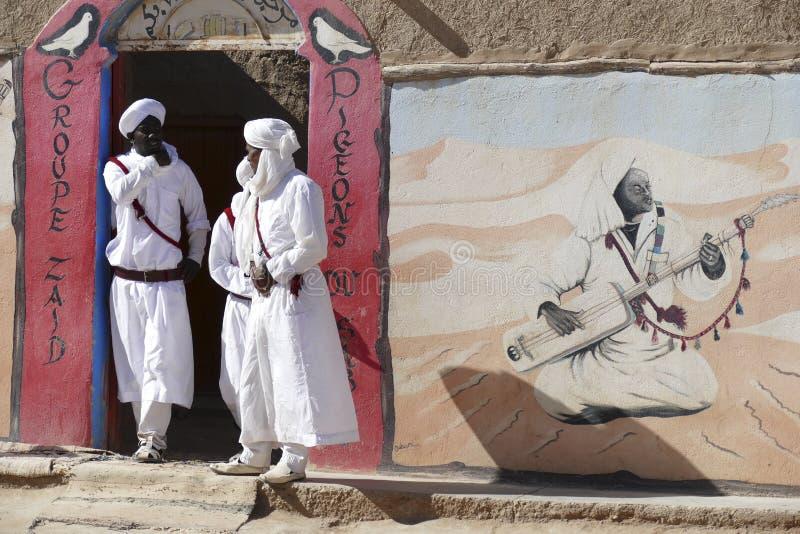 Grupo musical dos pombos da areia de artistas de Gnawa fotos de stock royalty free