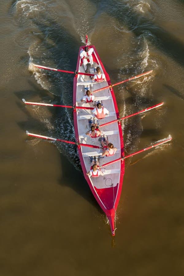 Grupo na ação em um barco de enfileiramento durante uma competição imagens de stock