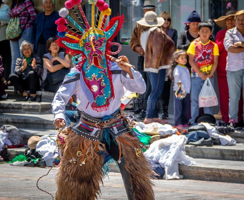 Grupo no traje local que executa a dança tradicional do ecuadorian - Quito, Equador foto de stock royalty free