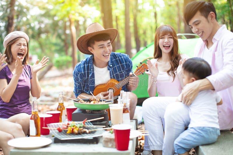 grupo novo dos amigos que aprecia o partido e o acampamento do piquenique imagem de stock royalty free