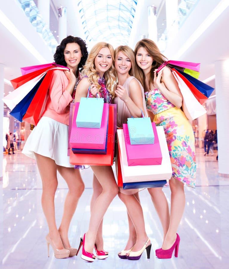 Grupo novo feliz de mulheres após a compra na alameda grande foto de stock royalty free