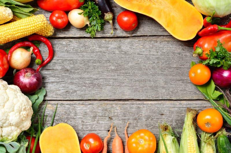 Grupo orgânico cru de legumes frescos em um fundo de madeira Colheita do outono do jardim foto de stock