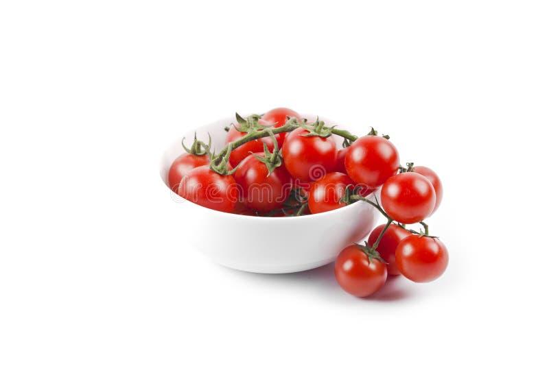 Grupo orgânico fresco dos tomates de cereja na bacia cerâmica imagens de stock royalty free