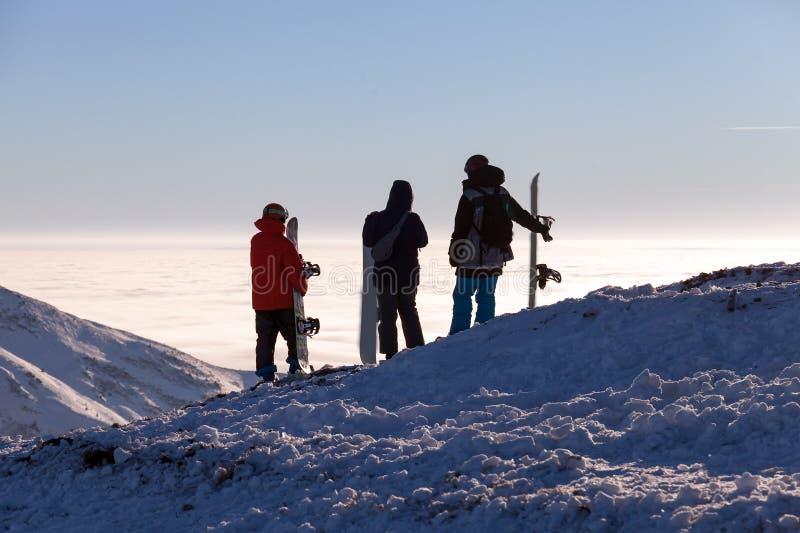 Grupo ou conceito da equipe com esquiadores e snowboarders dos amigos recurso do snowboard do esqui imagem de stock
