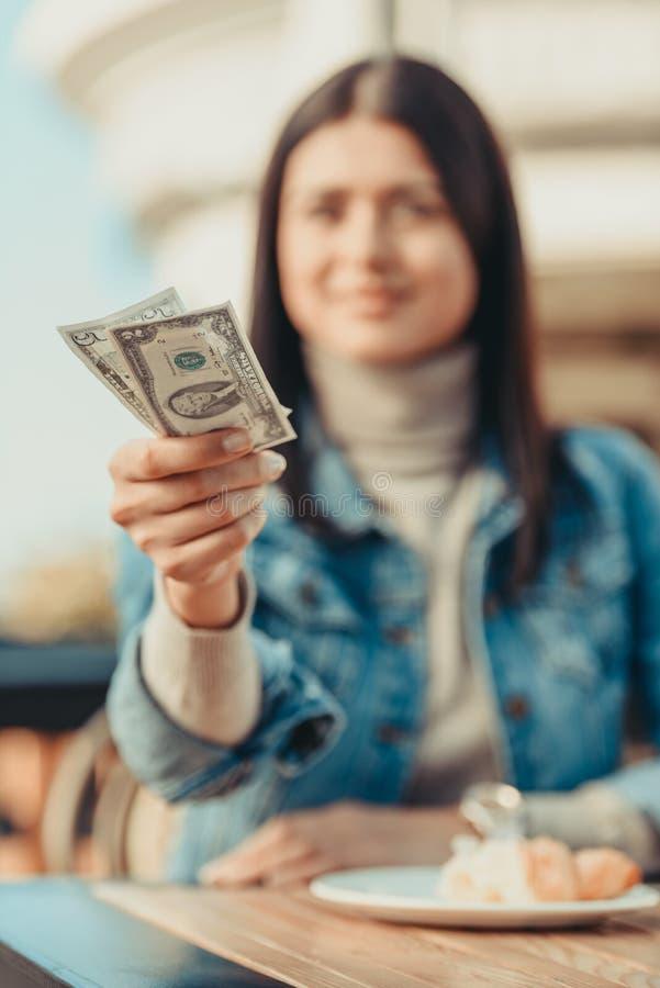 grupo outstretching da mulher feliz nova dos dólares imagem de stock royalty free