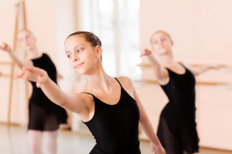 Grupo pequeno de adolescentes que praticam o balé clássico imagem de stock royalty free