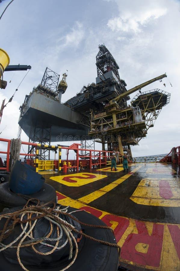 Grupo a pouca distância do mar da embarcação que trabalha na plataforma fotografia de stock royalty free
