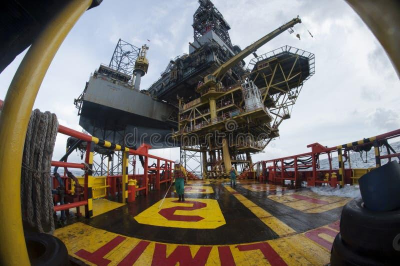 Grupo a pouca distância do mar da embarcação que trabalha na plataforma fotos de stock royalty free